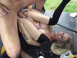 Tattooed comme �a spreads her fingertips to be fucked in the back of the taxi