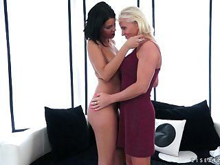 Pussy loving mature Coco De Mal gets licked wits adorable Anett
